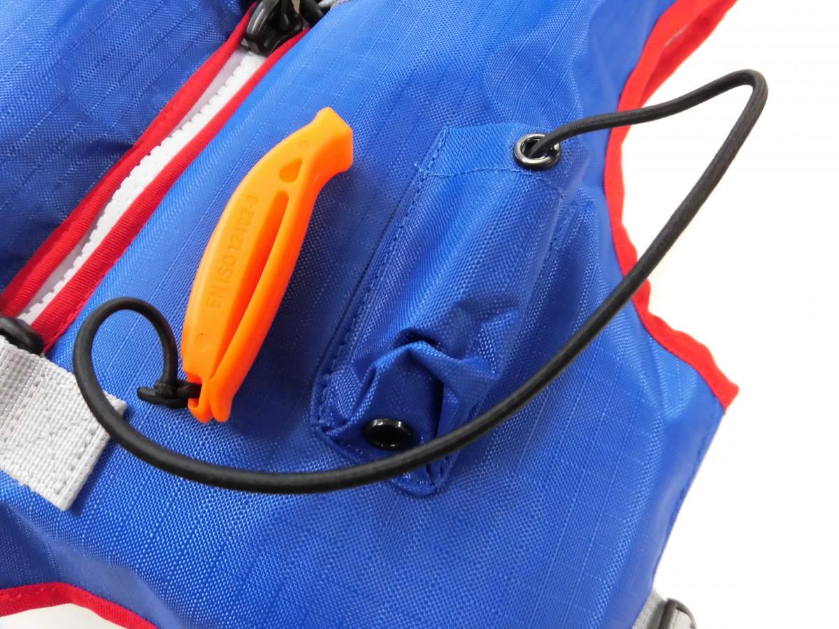 遭難時に場所を知らせる為にキャップには笛が収納してあります。