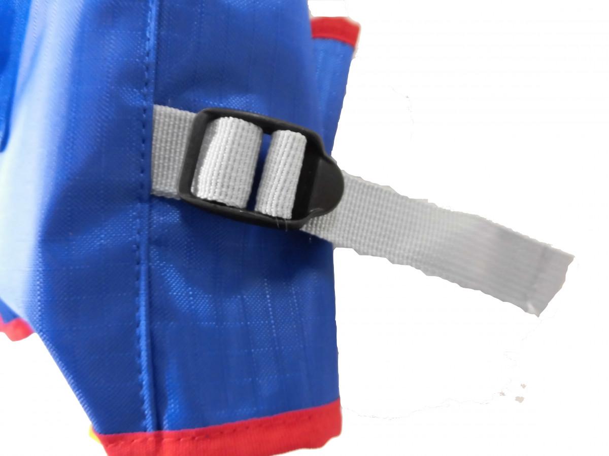 ベルトでサイズ調整ができます。