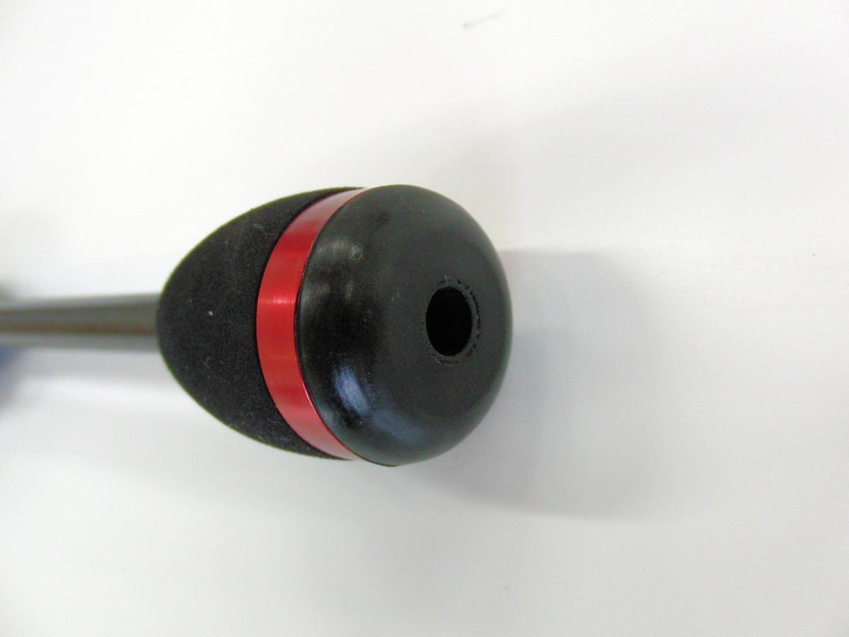 貫通仕様により、振動を増幅し感度向上。